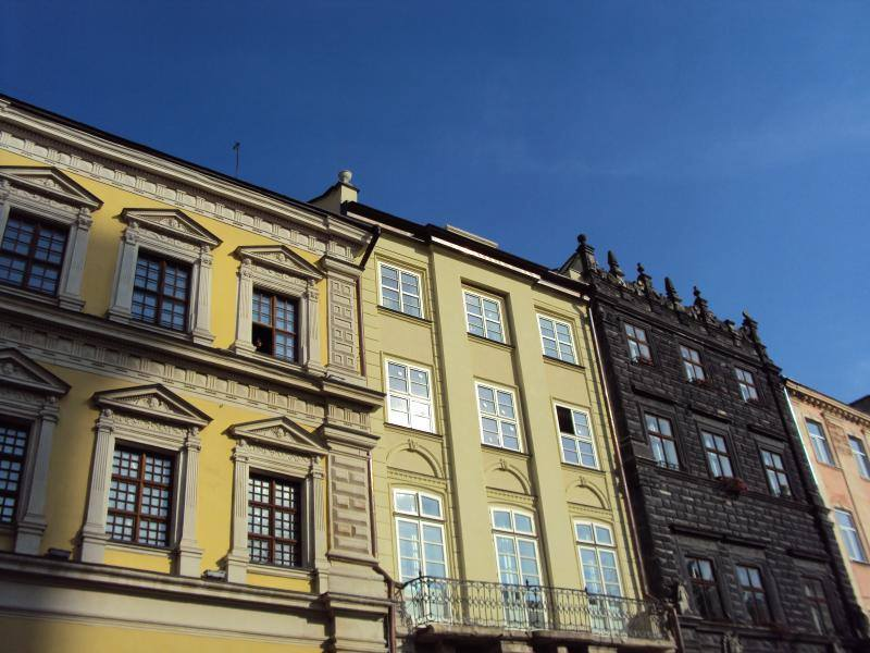 Hus runt rådhustorget i lviv